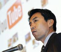 Partnership strategy: David Eun, Google Inc.'s vice president of strategic partnerships, speaks during a news conference in Tokyo on Tuesday.   KYODO PHOTO