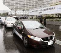 Road trip: Fuel-cell cars head out Wednesday from the Ministry of Economy, Trade and Industry on a 1,100-km promotional journey to Fukuoka.   KYODO PHOTO