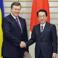 Farmhands: Prime Minister Naoto Kan and Ukrainian President Viktor Yanukovych pose for photographers prior to their talks in the Prime Minister's Official Residence on Tuesday. | KYODO PHOTO
