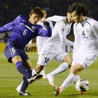 Coming out flat: Hiroshima's Toshihiro Aoyama kicks the ball during his team's 2-0 loss to Bunyodkor on Wednesday. | KYODO