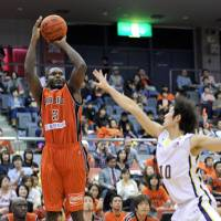 Steady production: Chiba's D'Andre Bell is shooting 40 percent from 3-point range as the team rides an eight-game winning streak into this weekend's series against Iwate. | YOSHIAKI MIURA