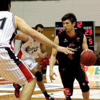Drive time: Evessa guard Masashi Obuchi dribbles the ball against HeatDevils forward Thomas Granada during Sunday's game in Kobe. The Evessa won 92-80. | HIROAKI HAYASHI