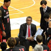 Center of attention: Osaka Evessa head coach Bill Cartwright speaks to his players during a timeout on Sunday. | HIROAKI HAYASHI