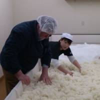 Hands-on: Old Nic helps ferment rice on a visit to fifth-generation sake maker Iwao Niizawa. | TAKUMI TOCHIZAWA