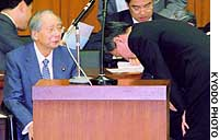 Mizuho Holdings President Terunobu Maeda bows in apology to Finance Minister Shiojuro Shiokawa during a hearing of the Lower House Committe on Financial Affairs.