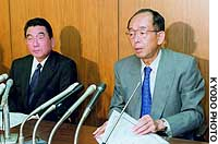 Mitsui & Co. Managing Director Shoei Utsuda (right) and Vice President Nobuo Ohashi announce pay cuts for senior executives over a series of scandals.