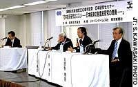 Takenori Inoki, economics professor at the International Research Center for Japanese Studies, Ronald Dore, senior research fellow at the London School of Economics and Political Science, Tetsuji Okazaki, economics professor at the University of Tokyo, and Tadao Kagono, economics professor at Kobe University, discuss changes in Japanese economic systems Oct. 25 at a seminar in Tokyo.