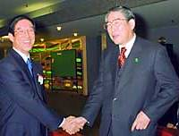 Tsutomu  Okuda (left), president of Daimaru Inc., greets his brother Hiroshi, the chairman of the Japan Business Federation (Nippon Keidanren), Thursday on the sidelines of the Kansai Economic Summit in Kyoto.