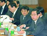 Kazuto Ikeo (far right), a Keio University professor and head of a working group under the governmental Financial System Council, attends the group's first meeting Thursday.