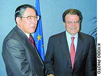 Hiroshi Okuda (left), chairman of the Japan Business Federation, and European Commission President Romano Prodi greet each other before their meeting Monday in Brussels.