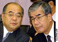 Yasuhisa Katsuta (left), former president of Resona Holdings Inc., confers with Kenji Takeyama, head of the firm's auditor, Shin Nihon & Co., at the Diet.