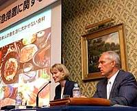 Samantha Jamieson, chief executive of the Japan office of Meat and Livestock Australia, makes her case at a Tokyo hotel with Philip Seng, president of the U.S. Meat Export Federation, against Japan's plan to reduce beef imports.