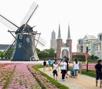 In Dutch: Visitors to the Huis Ten Bosch theme park stroll around the replicated Holland cityscape in Sasebo, Nagasaki Prefecture, last August.   KYODO PHOTO