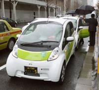 Cutting edge: Hinomaru Limousine Co.'s new i-MiEV electronic vehicles stand ready to carry passengers in Chiyoda Ward, Tokyo, on Thursday.   KYODO PHOTO