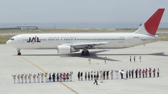 Sayonara service: Japan Airlines Corp. workers see off the firm's last airplane from Kobe Airport bound for Naha, Okinawa Prefecture, on May 31.   KYODO PHOTO