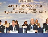 Growth forum: Minister of Economy, Trade and Industry Masayuki Naoshima (second from right) speaks along with national policy minister Satoshi Arai (second from left) during a news conference Sunday in Beppu, Oita Prefecture. | KYODO PHOTO
