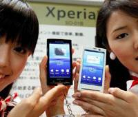 New Xperiance: Models show off NTT DoCoMo Inc.'s Xperia smart phones at the Wireless Japan expo for mobile phone technologies in Tokyo in July. | BLOOMBERG