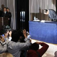 Official response: Olympus President Shuichi Takayama apologizes during a news conference at a Tokyo hotel Tuesday. | KYODO