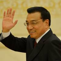 Team Li: New Chinese Premier and economics chief Li Keqiang waves goodbye at his first press conference after the closing session of the National People's Congress at the Great Hall of the People in Beijing on Sunday. | AFP-JIJI
