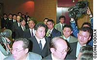 Police enter Kagoshima Kumiai Chicken Foods Corp., a subsidiary of Zen-Noh Chicken Foods Corp., to search for evidence that the firm mislabeled chicken products.