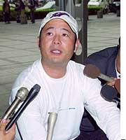 Genta Ogami, founder of the G.O. group of investment firms, speaks to reporters at the Bar Association Building in Chiyoda Ward, Tokyo, shortly before his arrest for fraud.