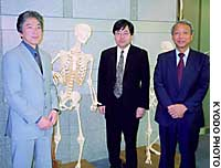 Tsuneo Ko  (from left), a producer at Tanseisha Co., architect Makoto Kikuchi and Hitachi Ltd. engineer Toshiro Kamiuchi meet at a University of Tokyo facility in Tokyo's Bunkyo Ward on Saturday, days before launching a museum research unit.