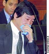Hitoshi Tanaka, head of the Foreign Ministry's Asian and Oceanian Affairs Bureau, cries in the House of Councilors Audit Committee after answering questions about Japanese abducted to North Korea.