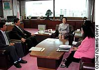 Justice Minister Mayumi Moriyama (center) meets members of a Diet group opposing capital punishment at her office in Tokyo on Sept. 18 as they lodge an official protest over two executions carried out earlier that day.