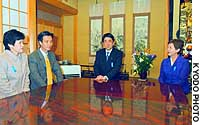 Deputy Chief Cabinet Secretary Shinzo Abe (center) and Cabinet Secretariat special adviser Kyoko Nakayama (right) meet with abductees Kaoru Hasuike and his wife, Yukiko, at their family home in Kashiwazaki, Niigata Prefecture.