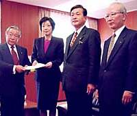 Osaka Gov. Fusae Ohta (second from left) and officials from other prefectures submit a petition to Yoshitada Konoike, state minister in charge of special deregulation zones, in Tokyo on Thursday urging the government to consider legalizing casinos in such zones.