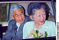 Emperor Akihito, accompanied by Empress Michiko, leaves the University of Tokyo Hospital on Saturday afternoon after an operation for prostate cancer on Jan. 18.