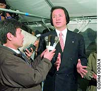 Wasaburo Ono faces reporters after being ousted in a referendum as mayor of Toyosato, Shiga Prefecture, over his plan to raze a historic local school building.