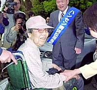 Hiroshi Shima,  who led the first damages suit by Hansen's disease patients in Japan, celebrates in Kumamoto after winning the case in May 2001.