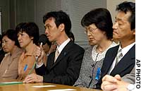 Kaoru Hasuike (center), one of five Japanese abducted to North Korea and repatriated last year, speaks at a news conference in Tokyo with the other returnees -- (from left) Hitomi Soga, Hasuike's wife Yukiko, Fukie Chimura and her husband Yasushi.