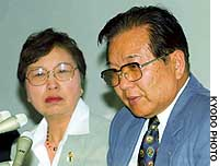 Yoshio Iijima and his wife, Ikuko, talk to reporters after the Yokohama District Court cleared their daughter's ex-boyfriend of their daughter's 1993 murder.