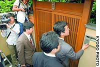 Investigators from the Tokyo District Public Prosecutor's Office enter the home of former Duskin Chairman Koji Chiba in Minoo, Osaka Prefecture.