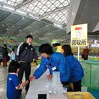 A girl returns a cup and gets her 100 yen deposit back at a collection counter in the Big Eye stadium at Oita Prefecture Sports Park.   PHOTO COURTESY OF AIM SERVICES CO.