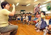 Shizue Sazawa, a teacher at a nonprofit educational institution for hearing-impaired children in Tokyo, teaches Japanese sign language with assistance from American deaf teacher Darlene Ewan.
