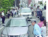 A police van carrying a junior high school student who has admitted abducting and killing a 4-year-old boy enters the Nagasaki Family Court building.