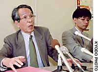 Kuniyoshi Shibata (left), a lawyer for the junior high school student who has confessed to killing a 4-year-old boy, speaks at a news conference Friday in Nagasaki as his colleague Masayuki Morinaga looks on.