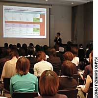 College students  listen to an Inax Corp. employee describe the firm's internship program at the 2003 Internship Forum this month at Tokyo Big Sight in Koto Ward.