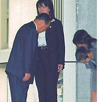 Yoshihiko Tsuchiya bids farewell to prefectural government officials Friday morning at the entrance of the Saitama governor's official residence.