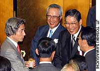 Hiroshi Okuda (second from right), chairman of the Japan Business Federation (Nippon Keidanren), greets Prime Minister Junichiro Koizumi (left) and other guests at a May 2002 reception.