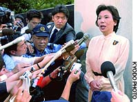 Former Foreign Minister Makiko Tanaka appears outside her residence in Tokyo's Bunkyo Ward last August to announce her resignation from the Lower House amid allegations that she misused her secretary's state-paid salary.