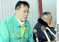 Asada Nosan President Hideaki Asada (left) and Chairman Hajimu Asada face reporters in Himeji, Hyogo Prefecture. A Kyoto Prefecture farm run by the firm that suffered a bird flu outbreak is now drawing flak for not promptly alerting health authorities.