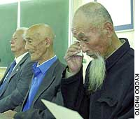 Zhang Baoheng wipes away tears as fellow plaintiff Liu Qian (center) looks on during a news conference after the Fukuoka High Court turned down their suit seeking damages for wartime slave labor.