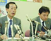 Lawyers Mitsuo Hazama (left) and Nozomu Kawazoe address reporters Thursday in Nagasaki after meeting an 11-year-old schoolgirl who killed her classmate.