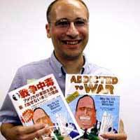 Joel Andreas pitches his comic book 'Addicted to War: Why the U.S. Can't Kick Militarism' and its Japanese version in Tokyo.   NAO SHIMOYACHI PHOTO
