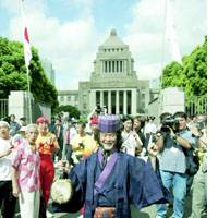 Okinawan singer Shokichi Kina prepares Friday morning to enter the Diet building for the first time since being elected to the House of Councilors.