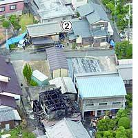 The gutted house of Yasutaka Fujishiro, suspected of murdering seven people early Monday in Kakogawa, Hyogo Prefecture, sits between those of the victims, labeled above as (1) and (2).
